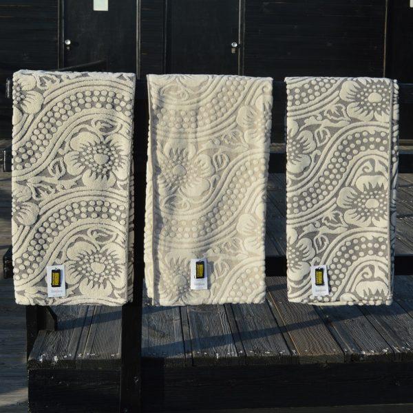 Toalhas de banho sustentáveis produzidas com algodão orgânico e algodão reciclado.