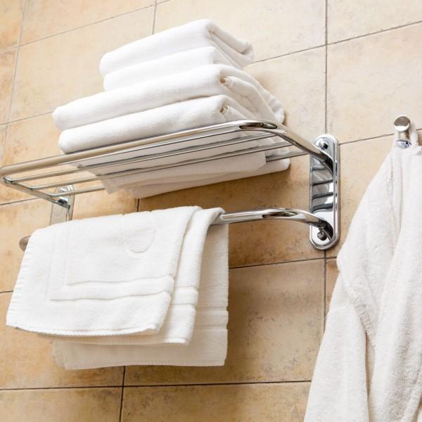 Toalhas de banho, toalhas de rosto, toalha de mãos, tapetes de banho, robe de banho em felpo branco